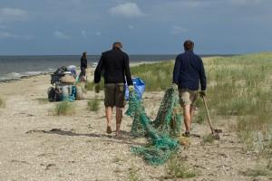 Einsammeln von Netzreste und anderen Strandmüll © Mellumrat/Behrends