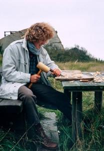 Sönke Wilkens beim Anfertigen des Mellum-Schildes - Oktober 1994, Foto: Armin Rose © Mellumrat e.V.