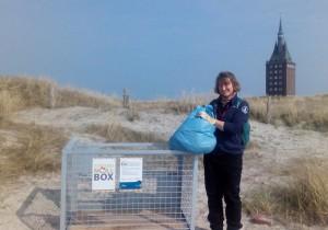 Auch auf Wangerooge können nun aufmerksame Strandbesucher unerfreuliche Fundstücke in Strand-Müll-Boxen entsorgen. Über diesen Baustein im Kampf gegen den Meeresmüll freut sich Nadia Kreisel, Naturschutzwartin des Mellumrat e.V. Foto: Mellumrat