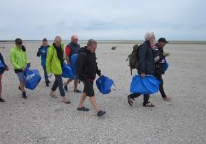 Dr. Dietrich Frank (2. v.r.) und weitere Mitarbeiter von Mellumrat e.V. und Nationalparkverwaltung begleiteten Mitglieder von Soltwaters e.V. bei der Sammlung von angespültem Müll auf Minsener Oog. Foto: Nationalparkverwaltung