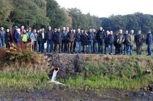 Mitglieder des Mellumrates informieren sich über die Teichwirtschaft Ahlhorn  © Mellumrat/Behrends