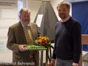 Der neue Vorsitzende des Mellumrates Dr. Holger Freund (re.) bedankt sich beim scheidenden Vorsitzenden Dr. Thomas Clemens, Dangast 10.03.2018