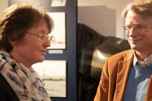 Dr. Sabine Baumann (Beauftragte Sager Meer) und Prof. Dr. Franz Bairlein (Institut für Vogelforschung - Vogelwarte Helgoland) im Gespräch Foto: H.Behrends
