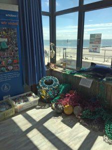 Müllaustellung Borkum Aquarium mit Blick auf den Strand Foto: M. Heckroth