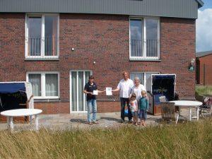 Silke Schmidt überreicht die NABU-Auszeichnung Schwalbenfreundliches Haus auf Wangerooge Foto: Nationalparkhaus Wangerooge